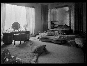 Chambre de dame : brosses en ivoire de Raby, pigeon d'Adnet, fourrures de la Maison Magyary