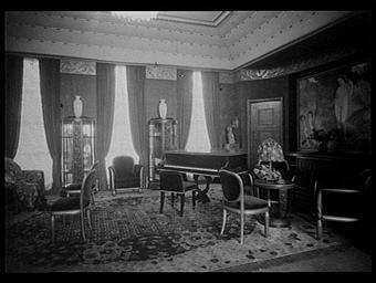 Piano en ébène de Macassar exécuté par Pleyel ; Tableau d'Henri Robert fils ; Sièges en bois doré ; Meuble en ébène de Macassar