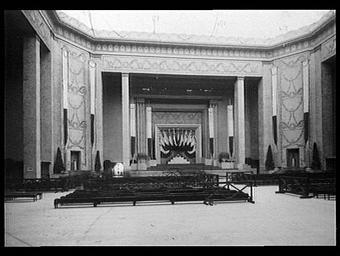 Grand hall : hall aménagé pour la distribution des récompenses de l'exposition (26 septembre 1925)