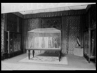 Galerie des écoles d'art de France : salle d'exposition d'étoffes dans une fabrique de tissus
