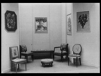 Galerie des écoles d'art de France : meubles en tapisserie d'après les cartons de Jean Weber ; Les élèves travaillant sous les yeux du public
