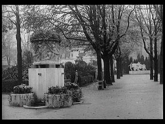 Dans les jardins entourant le pavillon de la Ville de Paris : sculpture de Martial, fondeur F. Barbedienne et fontaine de Roux-Spitz