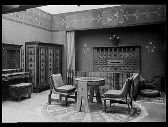 Section de la Tchécoslovaquie : chambre à coucher en citronnier incrusté de bois de rose et de palissandre. Dessins de Mistecky. Tapis fourni par l'école professionnelle de Usti N-O