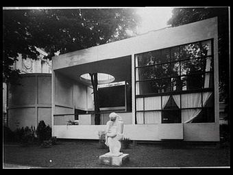 Logement type de réalisation exclusivement industrielle ; sculpture de Jacques Lipchitz ; pavillon de Le Corbusier et Jeanneret conçu comme une villa démontable
