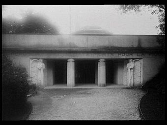 Cariatides d'Antoine Bourdelle. Reconstitution de l'entrée de la crypte située sous un autel de la Patrie au centre d'un parvis à la tête du Grand Cimetière Militaire de l'Hartmanns Willerkopf