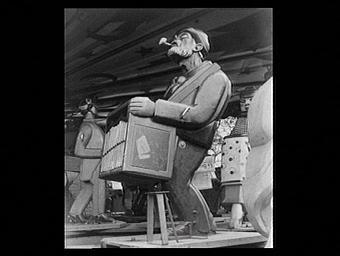 Un joueur d'orgue de barbarie, statue