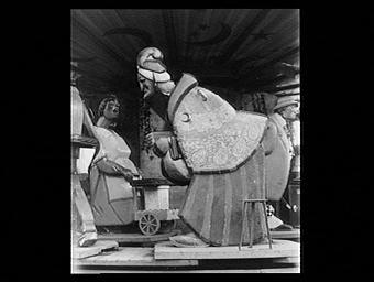 Manège de 'La Vie parisienne': une vieille commère, statue