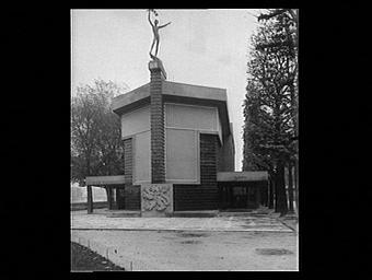 D'après Gocar architecte ; statue du Génie de Stursa ; armoiries de l'Etat, maquette de Gutfreund ; construction du pavillon en béton armé par la Maison Perret frères