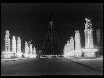 Exposition internationale ; pont ; chaussée ; pylone ; drapeau ; photographie de nuit ; perspective