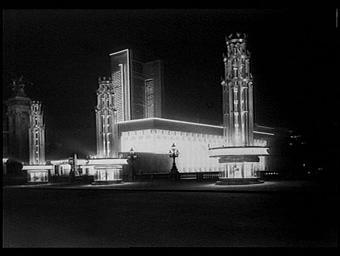 Au second plan, le pavillon de la Radio (de Chollet, Mathon et Sors) devant les kiosques de la voie triomphale de la Lumière et de la Radio sur le pont Alexandre III amenagé par Henri Favier et la firme Philips
