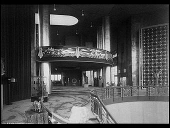 Exposition internationale ; pavillon d'exposition ; intérieur ; ferronnerie ; escalier ; sculpture