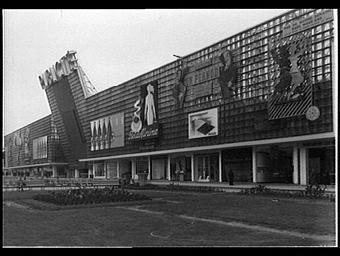 Exposition internationale ; pavillon d'exposition ; publicite ; façade ; boutique ; enseigne