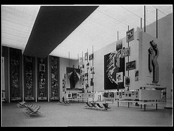 Exposition internationale ; pavillon d'exposition ; intérieur ; publicite ; affiche