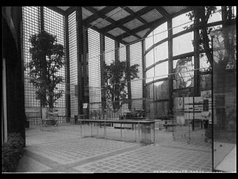 Exposition internationale ; pavillon d'exposition ; vitrine ; vegetation ; intérieur