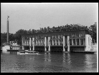 Exposition internationale ; pavillon d'exposition ; fondation ; façade ; fleuve ; tour ; medaillon