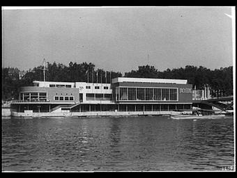 Exposition internationale ; pavillon d'exposition ; fleuve ; bâteau