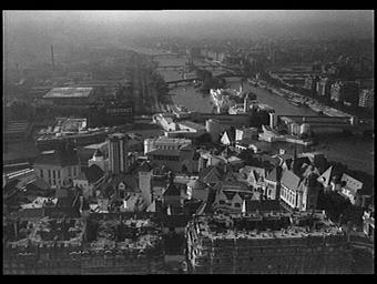 Exposition internationale ; pavillon d'exposition ; fleuve ; pont ; paysage urbain ; vue aérienne