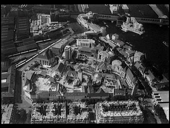 Exposition internationale ; pavillon d'exposition ; vue aérienne ; paysage urbain ; pont ; fleuve
