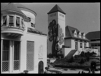 Au 1er plan à gauche le pavillon de la Champagne ; Au 2e plan à droite, le pavillon de l'Alsace