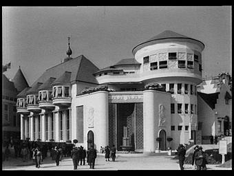 Exposition internationale ; pavillon d'exposition ; façade ; tour ; personnage