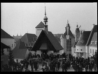 Exposition internationale ; pavillon d'exposition ; église ; clocher ; personnage