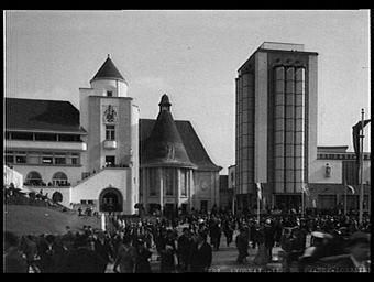 Exposition internationale ; pavillon d'exposition ; façade ; tour ; place ; foule