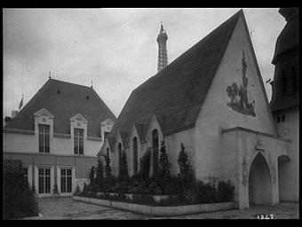 Exposition internationale ; pavillon d'exposition ; église ; clocher ; ornementation