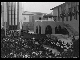 Exposition internationale ; pavillon d'exposition ; façade ; place ; concert