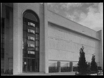 Exposition internationale ; pavillon d'exposition ; façade ; bas-relief ; entrée ; ferronnerie