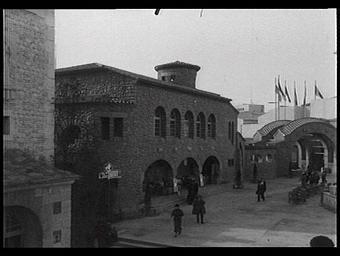 Exposition internationale ; pavillon d'exposition ; entrée ; façade ; arc en plein-cintre ; personnage