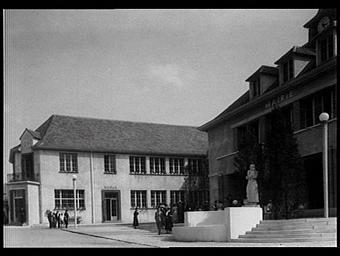 Exposition internationale ; pavillon d'exposition ; hôtel de ville ; école