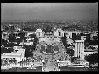 Exposition internationale ; pavillon d'exposition ; édifice public ; tour ; vue générale ; paysage urbain ; foule ; pont ; vue aérienne ; perspective