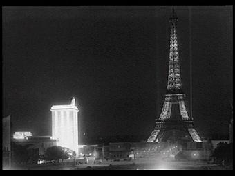 Illuminations : Vue prise depuis le palais de Chaillot. A gauche, illuminé, le pavillon de l'Allemagne (architecte : Albert Speer)