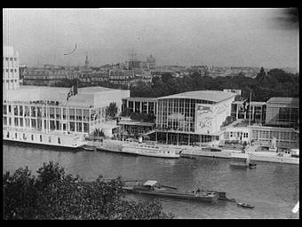 Exposition internationale ; vue générale ; pavillon d'exposition ; fleuve ; paysage urbain