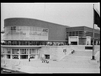 Exposition internationale ; pavillon d'exposition ; entrée ; escalier ; drapeau