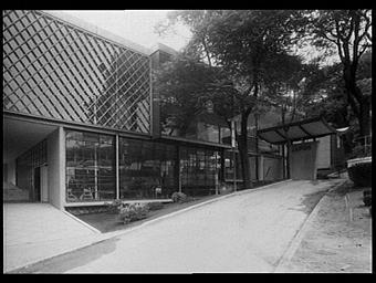 Exposition internationale ; pavillon d'exposition ; entrée ; vegetation