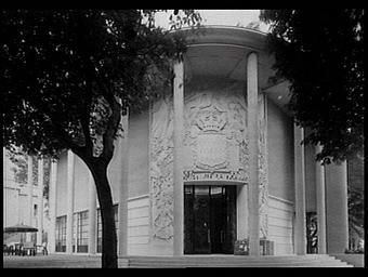 Exposition internationale ; pavillon d'exposition ; entrée ; bas-relief ; armoirie ; portique