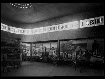 Exposition internationale ; pavillon d'exposition ; intérieur ; plante ; photographie