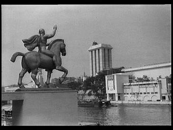 Au premier plan, à gauche la statue équestre attenante au pavillon de l'Italie (non visible sur la photographie)