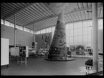 Exposition internationale ; pavillon d'exposition ; intérieur ; ornementation ; sante