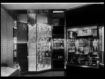 Exposition internationale ; pavillon d'exposition ; intérieur ; vitrine ; cristal