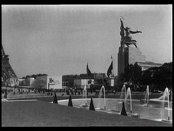 Exposition internationale ; pavillon d'exposition ; vue générale ; jardin public ; jet d'eau ; groupe sculpté