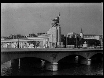 Groupe sculpté du pavillon de l'U.R.S.S. de Véra Muhina : 'L'Ouvrier et la kolkhozienne' ; au second plan, on aperçoit le pavillon de la Roumanie et une aile du palais de Chaillot