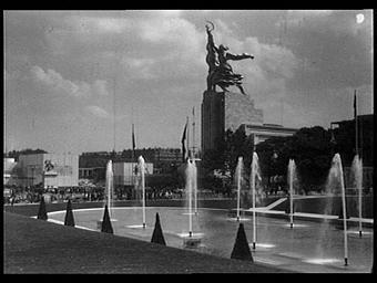 Exposition internationale ; pavillon d'exposition ; jardin public ; vue générale ; bassin ; jet d'eau