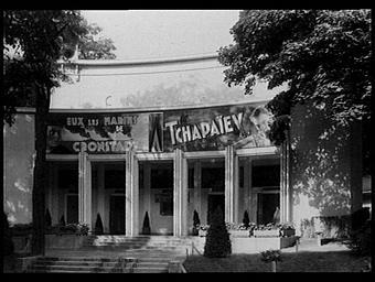 Exposition internationale ; salle de cinéma ; façade ; pavillon d'exposition ; affiche