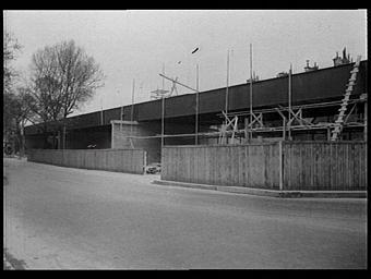 Exposition internationale ; passerelle ; construction ; palissade ; echafaudage ; Arbre