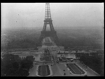 Exposition internationale ; pont ; fleuve ; chantier ; Arbre ; paysage urbain ; perspective oblique