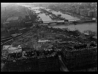 Exposition internationale ; lieu d'exposition ; construction ; pont ; fleuve ; paysage urbain ; vue aérienne ; chantier