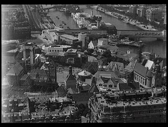 Exposition internationale ; construction ; fleuve ; paysage urbain ; charpente ; pavillon d'exposition ; vue générale