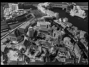 Exposition internationale ; paysage urbain ; pavillon d'exposition ; vue aérienne